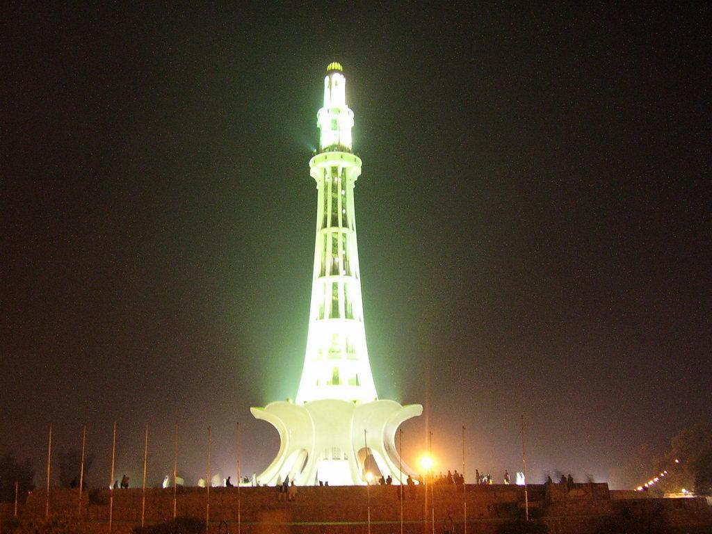 glowing minar e pakistan