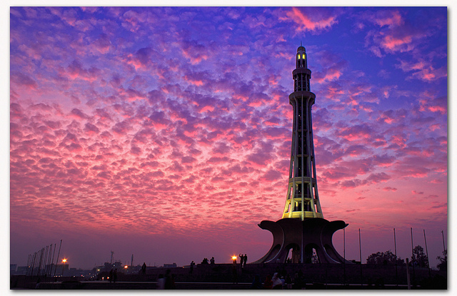 minar e pakistan in evening
