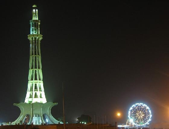 minar e pakistan at night