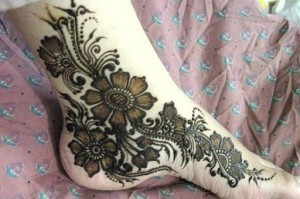 Henna Design on Feet 300x199 Pakistani Mehndi Designs (Henna)