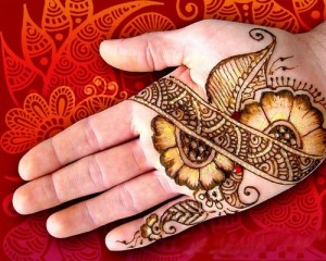 Simple Eid Henna Design on Hand 300x240 Pakistani Mehndi Designs (Henna)
